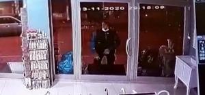Cam kapıyı fark edemeyince olanlar oldu Cam kapıya çarpan adam hiçbir şey olmamış gibi yoluna devam etti Güvenlik kamerasına yansıyan görüntüler gülümsetti