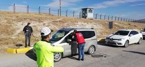 Gençlik Merkezlerinden örnek proje 'Kurallara Uyalım, Sevdiklerimize Ulaşalım' projesi kapsamında sürücüler emniyet kemeri konusunda uyarıldı, lokum ikramında bulunuldu
