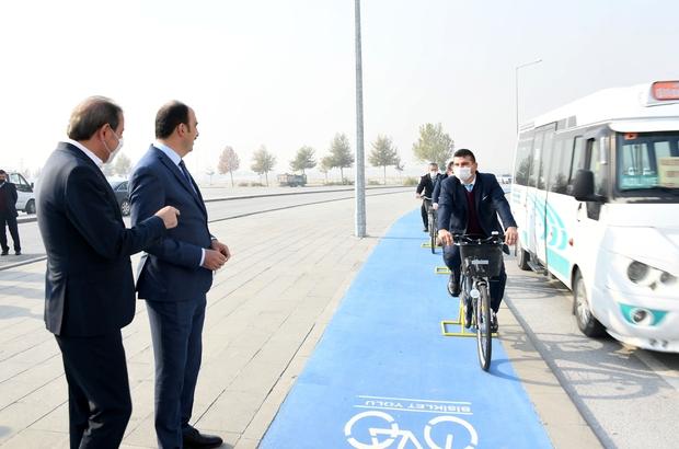 Bisiklet şehrinde roller değişti Konya Büyükşehir'in empati eğitiminde, bisiklet sürücülerinin trafikte yaşadığı zorlukların daha iyi anlaşılması için otobüs, minibüs ve ağır vasıta şoförleri bu kez bisiklete bindi