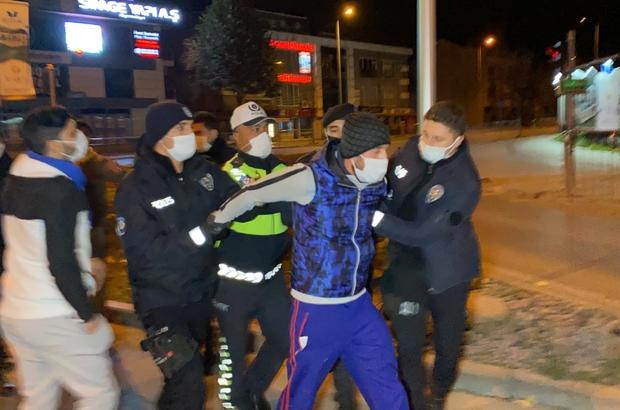 Kısıtlamada 5 kafadar sokağa çıktı, 20 bin TL ceza yedi Sokağa çıktılar, polisin 'dur' ihtarına uymadılar Araç sürücüsü ve yolculara ceza yağdı Taşkınlık çıkartan şahıs gözaltına alındı