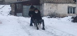 Kars'ta kartopu oynadılar, bidona binerek kaydılar Sarıkamış'ta kar kalınlığı 16 santimi buldu