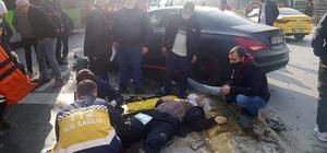 İki araç çarpıştı olan karşıya geçmek isteyen vatandaşa oldu Araçların çarpışması sonucu yıkılan sinyalizasyon direğinin altında kalan yaşlı adam yaralandı