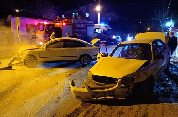 Sivas'ta otomobiller çarpıştı: 2 yaralı Sivas'ta iki otomobilin çarpışması sonucu meydana gelen trafik kazasında 2 kişi yaralandı, bir araçtan dumanların yükselmesi paniğe neden oldu