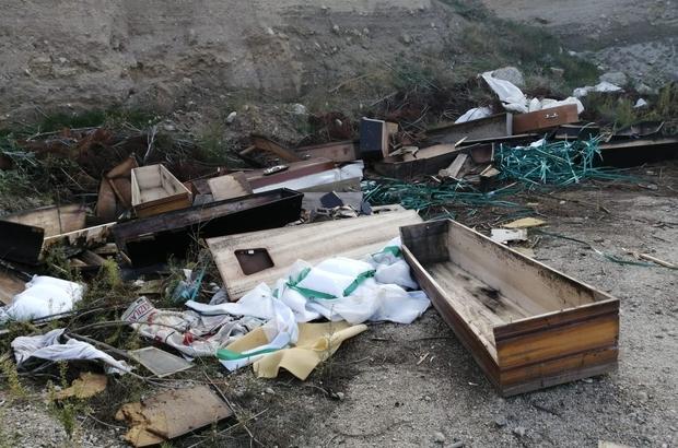 Valilik ve Büyükşehir atıkların bilinçsizce bırakılmasına müdahale etti Denizli Valiliği ve Büyükşehir Belediyesi virüslü onlarca tabut ve koruyu kıyafetleri imha etti