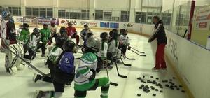 Narman Kadın Buz Hokeyi Takımı, Kadınlar Ligi Şampiyonası'na hazırlanıyor Türkiye'de 10 yıldır buz hokeyine damga vurdular Kadın buz hokeyciler yeni sezon hazırlıklarını buz salonunda sürdürüyor