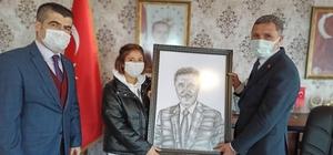 Başkan Kaya'ya kendi portresi hediye edildi