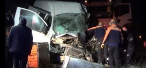 Afyonkarahisar'da yolcu otobüsü ile kamyonet çarpıştı: 1 ölü, 5 yaralı Kazada ölen kamyonet sürücüsünün cansız bedeni sıkıştığı yerden güçlükle çıkarıldı Kazada yaralanan biri bebek 5 kişi hastanede tedavi altına alındı