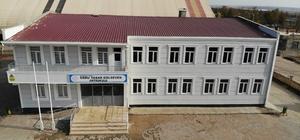 Diyarbakırlı iş adamı Necat Gülseven'in sanatçı eşi Ebru Yaşar Gülseven adına yaptırdığı okul tamamlandı Yaklaşık 4 buçuk milyon lira maliyetle tamamlanan okulda, müzik atölyesi, basketbol sahası, teknoloji sınıfı, kütüphane ve konferans salonu bulunuyor Sanayi Mahallesinde yapılan okul ile birlikte öğrenciler, kilometrelerce yolu yürümek zorunda kalmayacak