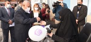 """Engelli bireyler akülü araçlarına kavuştu Akülü araçları teslim eden Afyonkarahisar Belediye Başkanı Mehmet Zeybek: """"Bundan böyle her zaman engelli kardeşlerimizin yanındayız"""""""