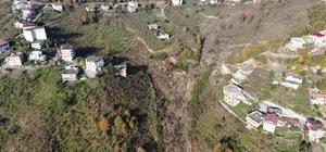 """Bu mahalle 3 yıldır kayıyor Yeşilyalı mahallesindeki heyelan tehdidi çözüm bekliyor Trabzon'un Arsin ilçesi Yeşilyalı mahallesinde 3 yıl önce 70 dönüm alanda etkili olan heyelan sonrası bazı evlerde oturulamaz hale gelirken, bölgedeki kaymalara 3 yıldır önlem alınamadı Arsin ilçesi Yeşilyalı Mahallesi muhtarı Namık Kemal Genç: """"Cenazemizi alamıyoruz; ambulans mahalleye giremiyor"""""""