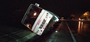 Trafik kazası 2 yaralı Yoldan çıkan yarım otobüsteki sürücü ve bir yolcu yaralandı
