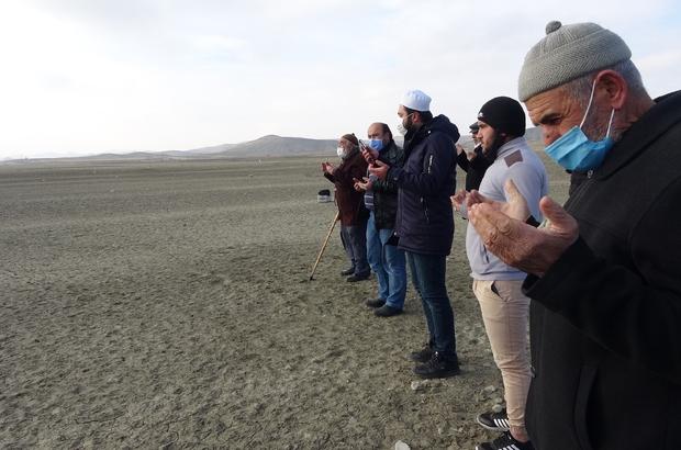 Girmeye korktukları barajın üzerinde yağmur duasına çıktılar Sivas'ın Ulaş ilçesinde vatandaşlar, geçmişte yüzmeye korktukları Karacalar barajının üzerinde yağmur duası etti
