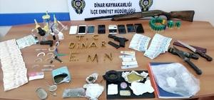 Afyonkarahisar'da aranan firari yakalandı Evinde yapılan aramada uyuşturucu maddeler, silahlar ve sahte para ele geçirildi