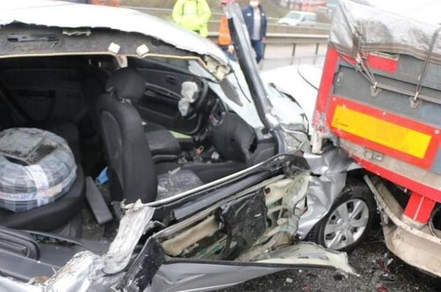 D-650 karayolunda otomobil tırın altına girdi: 3 yaralı Otomobilde sıkışan yaralıyı itfaiye ekipleri kurtardı