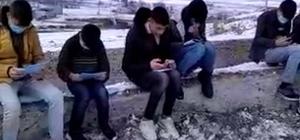 Derslerini takip edebilmek için çektikleri video ile sosyal medyadan destek istediler Soğuk havada köyün tepesinde internetten ders dinliyorlar