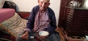 105 yaşında Covid-19'u yendi, yoğurt ve bal tavsiyesinde bulundu Sivas'ın Gürün ilçesinde 105 yaşında Covid-19'u yenen Ömer Avcı, yaşına rağmen sağlığını bal ve yoğurta borçlu olduğunu söyledi