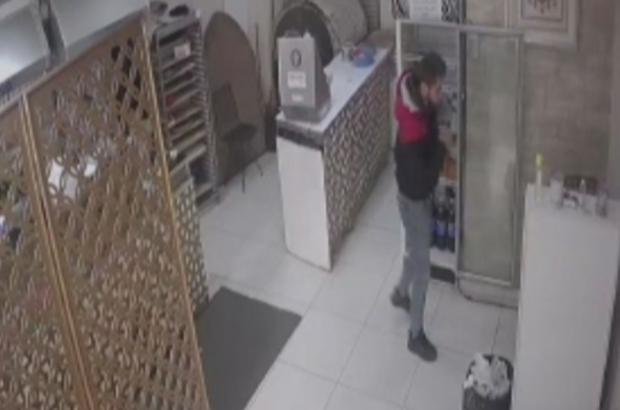 Hırsız ile işyeri sahibi arasında yaşanan arbede anları kameraya yansıdı Dakikalarca hırsızla boğuştu ama elinden kaçırdı