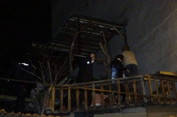 Kısıtlamada derneğe kumar baskını: Çatıda yakalandılar Öz kardeşlerinin kumar oynadığını iddia ederek, polise ihbarda bulundu