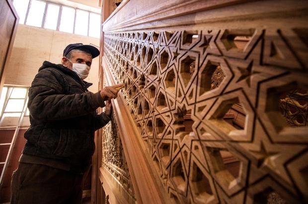 """(Özel) Afrika'nın 28 bin kişi kapasiteli camisini Osmanlı ve Selçuklu motifleri süsleyecek Osmanlı ve Selçuklu motiflerini dünyaya taşıyorlar Manisalı ahşap firması dünyanın bir çok yerinde yaptığı işlerle Osmanlı ve Selçuklu motiflerini kullanıyor Selçuklu Sinan Yıldızı motifi 317 camiye iz bıraktı Ahşap Ustası Veli Teksöz: """"Yaptığımız işin modelleri olarak Selçuklu 'Sinan Yıldızı' diye adlandırdığımız ecdadın bize emanet ettiği motifleri kullanıyoruz"""" """"Mimar Sinan olamayız ama izinden gittiğimize inanıyoruz"""""""
