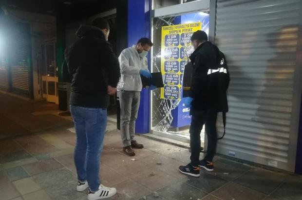 İzmir'de 3 bisikletli hırsız iş yerinden 25 cep telefonu çaldı Bisikletlerle gelip telefoncuyu soydular