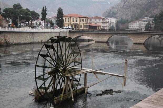 """Yeşilırmak karardı Su seviyesi azalan Yeşilırmak Nehri'nin rengi kirlilikten karardı Amasya Belediye Başkanı Mehmet Sarı: """"Toprak rengi akan ırmağımız şimdi simsiyah"""""""