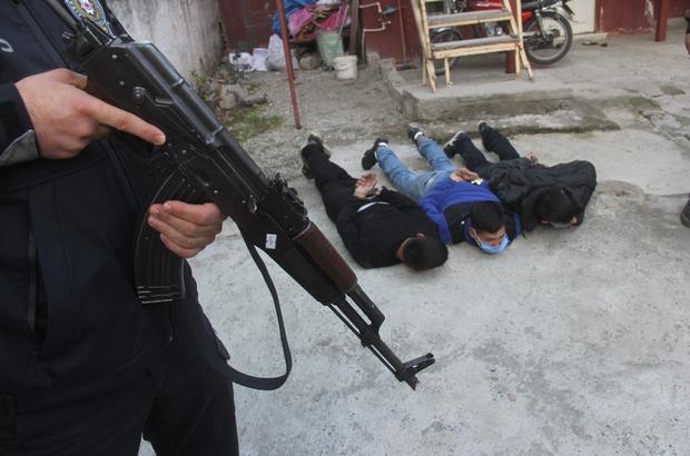 Adana'da uyuşturucu operasyonunda 2 kişi tutuklandı Operasyonlarda uyuşturucu sattığı öne sürülen 12 zanlı yakalanırken, 3.5 kilo esrar, 6 silah ele geçirildi