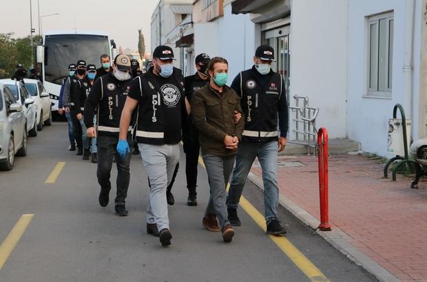 Ceyhan'daki rüşvet operasyonu zanlıları adliyeye sevk edildi Görevden alınan eski Ceyhan Belediye Başkanı Kadir Aydar'ın da aralarında bulunduğu 17 şüpheli sağlık kontrolünden geçirildi