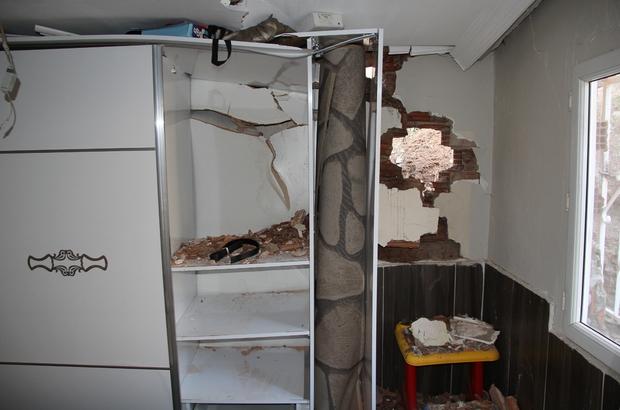 """İzmir'de depremden sonra heyelan paniği: Bazı evler zarar gördü """"İlk önce şimşek düştü zannettik. Çocuklarım korkmuştu, hemen kendimizi dışarıya attık"""""""
