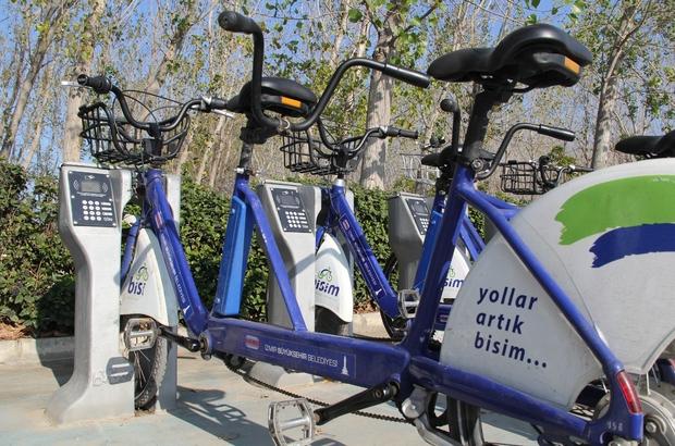 Belediyenin bisikletlerine kilidini ve şasesini kırarak zarar veriyorlar İzmir'de BİSİM'e verilen zararlar güvenlik kameralarınca kaydedildi