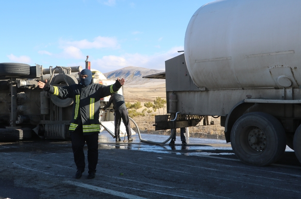 Devrilen oksijen yüklü tanker, paniğe neden oldu (2) Sivas'ta devrilen oksijen yüklü tanker Sivas-Kayseri karayolunu araç ulaşımına kapadı, devrilen tankerdeki gazın başka bir tankere nakli tamamlanınca yol yeniden trafiğe açılacak