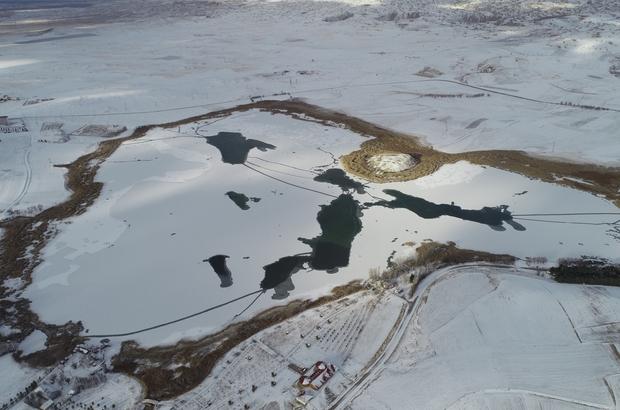 Sıcaklık eksi 10'a düştü, Hafik gölü dondu Hava sıcaklığının sıfırın altında eksi 10 dereceye düştüğü Sivas'ın Hafik ilçesindeki Hafik gölünün yüzeyi buz tuttu
