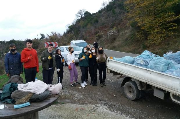 Köyde ikamet eden gençler, köylerine atılan çöpleri topladı