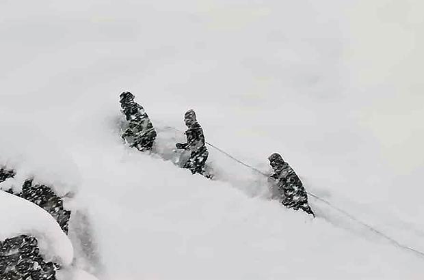 Dicle Elektrik ekipleri 2 bin 800 metre yükseklikte 1 metrelik karda arıza giderdi
