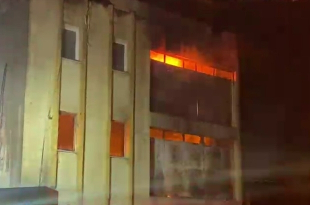 İzmir'de iki ayrı fabrikada yangın paniği