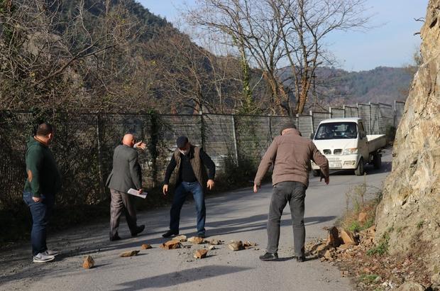 """Mahallelinin üstüne taş yağıyor 5 mahalleyi ilgilendiren yola düşen kayalar tehlike saçıyor Boğazköy Mahalle Muhtarı: """"Büyükşehir Belediyesi bu konu ile ilgili bize bir türlü yardımcı olamadı"""" """"Taşların dökülmesine tabela engel değil, buraya biran önce çözüm bulunmasını istiyoruz"""""""