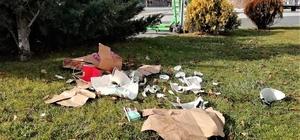 Çöp kovası varken yere atmayı seçtiler Yasaklarda artan paket gıda tüketimi sonrası çöpler ortalıkta bırakılıyor Yere atılan çöplerin çirkin görüntüsü
