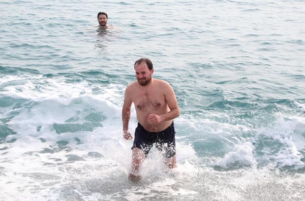 Kısıtlamada denizin keyfini turistler çıkardı Sessizliğe  bürünen sahilde turistler denize girdi, bazıları güneşlendi
