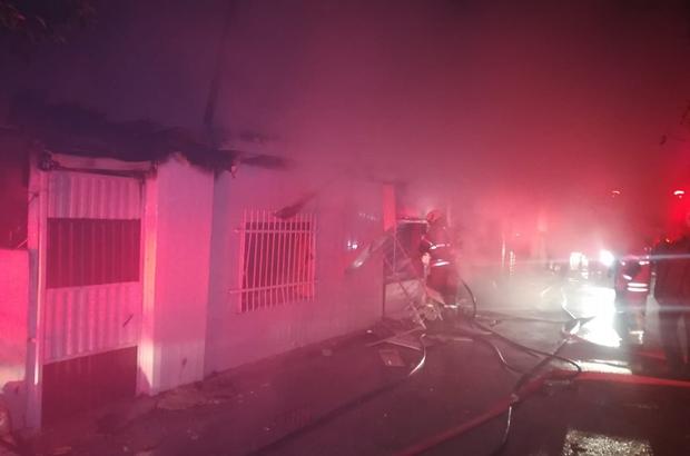 Yangında camlardaki demir korkulukları keserek mahsur kalanları kurtardılar İzmir'de 2 evde çıkan yangında mahsur kalanları vatandaşlar kurtardı