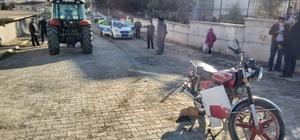 Motosiklet ile traktör çarpıştı: 1 yaralı Sivas'ın Gemerek ilçesinde motosiklet ile traktörün çarpışması sonucu meydana gelen kazada 1 kişi  yaralandı