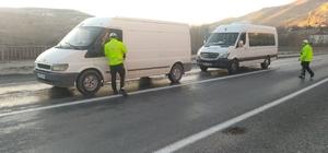 Kısıtlama öncesi trafik denetimleri arttırıldı Covid-19 tedbirleri kapsamında uygulanacak 4 günlük sokağa çıkma kısıtlaması öncesinde Sivas'ın Gürün ilçesinde trafik denetimleri arttırıldı.