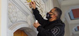 Polis memuru sanatçı Bursalı polis memuru hem olay yerinde delilleri inceleyip topluyor, hem de naht sanatını icra ediyor Olay yeri inceleme şubesinde görevli polis memuru Recep Ulu, ağaçtan kestiği hat yazılarını altın varakla kaplayarak muhteşem eserler ortaya çıkarıyor