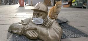 Maskeli işçi heykeli görenleri gülümsetti Artık heykellerde maske takılıyor