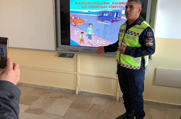Jandarma EBA üzerinden ders verdi Yıldızeli Jandarma Trafik Tim Komutanlığı ekipleri Kavak Köyü Zeki Seyfi İlköğretim Okulu öğrencilerine EBA üzerinden trafik eğitimi verdi