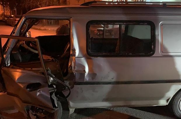 Kontrolden çıkan minibüs direğe çarptı 1 kişi yaralandı