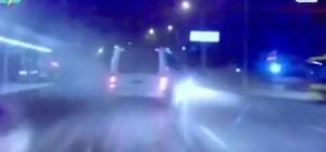 (Özel) Bursa'da trafikte makas attı, faciadan dönüldü...O anlar kamerada Otomobille makas atan 3 gencin içinde bulunduğu otomobil önce metro duvarına çarptı sonra otobüsle çarpıştı. Otobüstekiler ve otomobildeki 3 genç ölümden döndü
