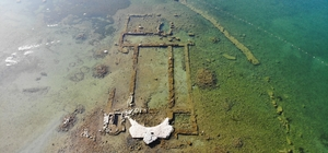 (Özel) Kuraklık bazilikayı da vurdu...İkinci Göbeklitepe olacaktı, kuşlara yuva oldu İznik gölünde kuraklık sebebiyle yaşanan çekilme tarihî bazilikayı gün yüzüne çıkardı