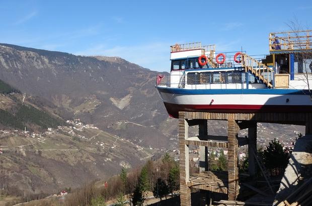 İstanbul Boğazı'ndan Düzköy'ün yaylasına Bir zamanlar İstanbul Boğazı'nda gezi teknesi olarak kullanılıyordu artık Trabzon'un Düzköy ilçesinde 661 rakımlı bir tepede kafe olarak kullanılacak Düzköy ilçesinde beton yapının üzerine yerleştirilen 15 metrelik tekne görenleri şaşırtıyor