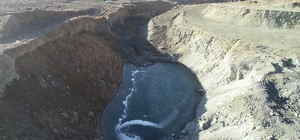 Yazdan kalma günlerin yaşandığı köyde gölet buz tuttu Sivas'ın Gürün ilçesinde gündüzleri yaz havası yaşanırken, geceleri soğuk geçmesi nedeniyle gölet buz tuttu