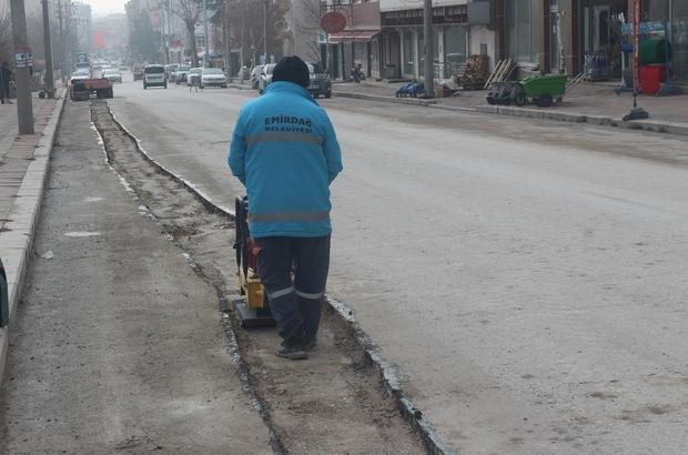 Emirdağ da bozulan yollarda asfalt yama çalışmaları başladı