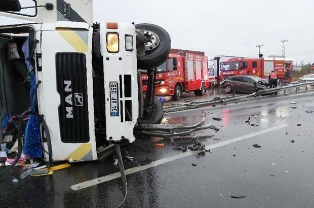 TEM Otoyolu'nda tır ile otomobil çarpıştı: 3 yaralı Otomobile arkadan çarpan tır devrilerek karşı şeride geçti